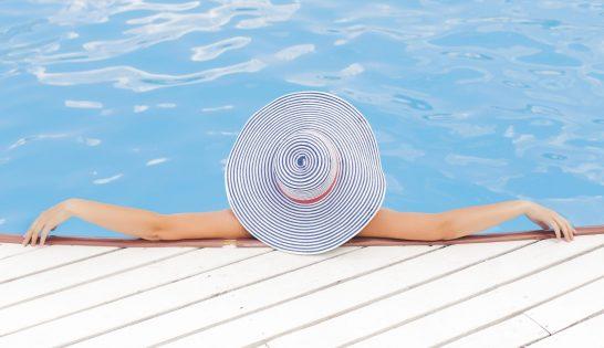 Kvinna vid pool